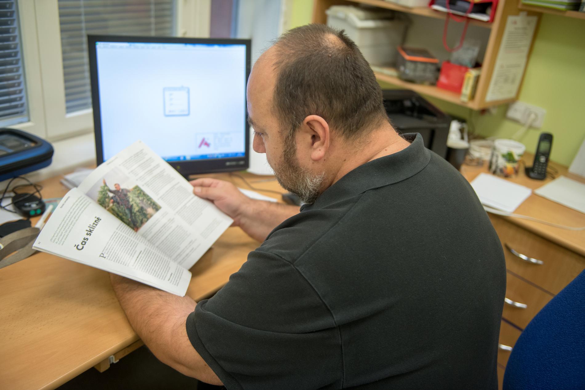 Pan doktor pročítá první vydání magazínuKonopí.