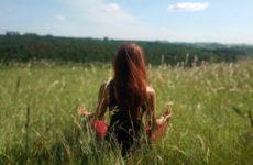 Konopná meditace v trávě.