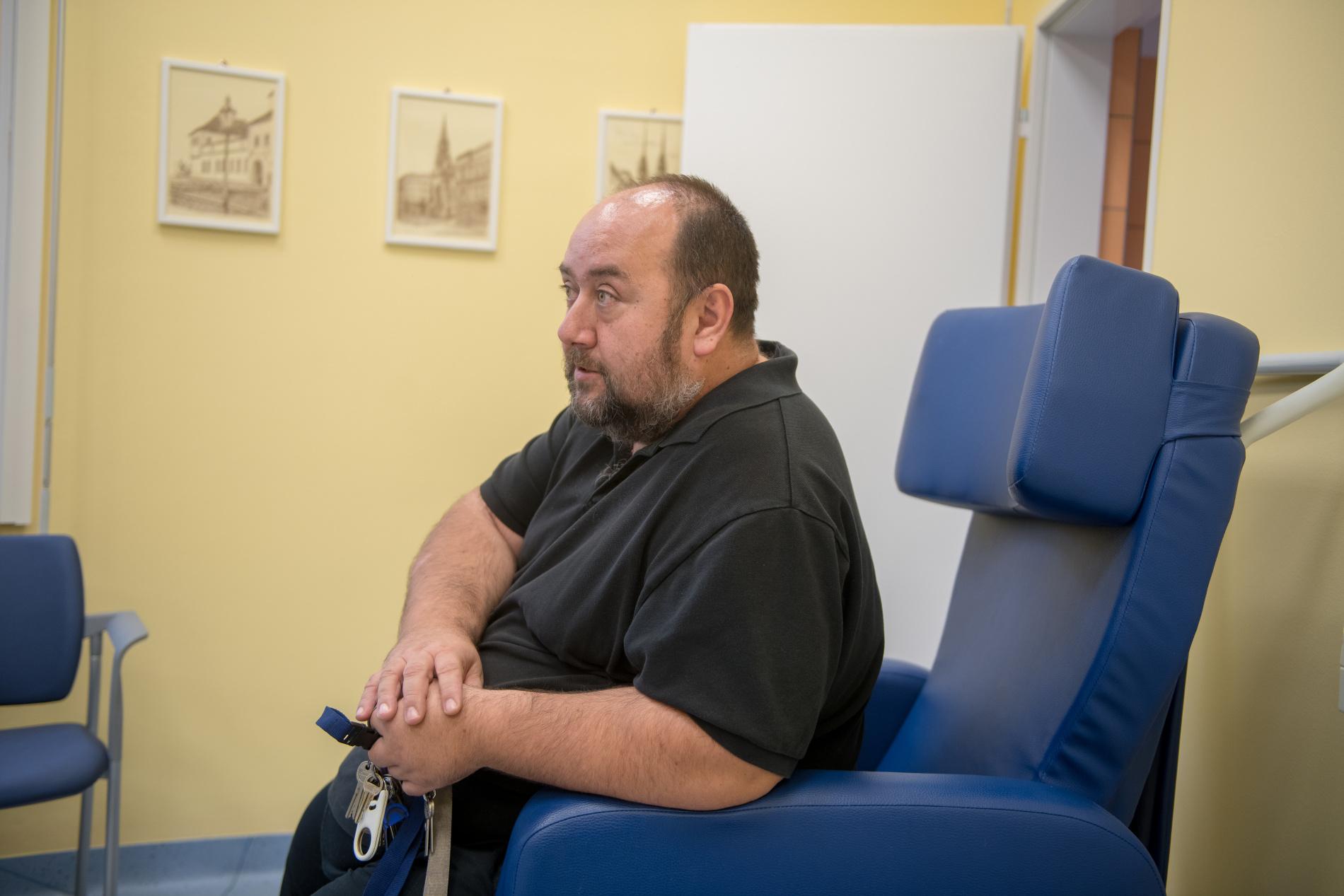 Pan doktor Hřib ve vaporizační místnosti.