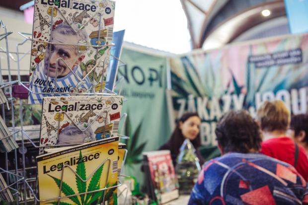 Stánek magazínu Konopí a Legalizace na jarním festivalu.