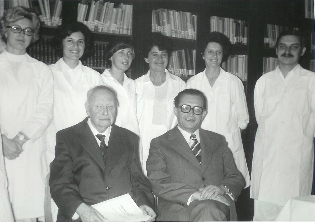 Tým pracovníků a akademiků zkoumající konopí na Univerzitě Palackého po druhé světové válce.
