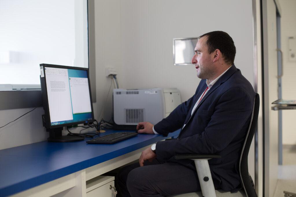 Václav Trojan se od postgraduálního studia specializuje na molekulární biologii a fyziologii rostlin ve vztahu ke zdraví lidí i zvířat.