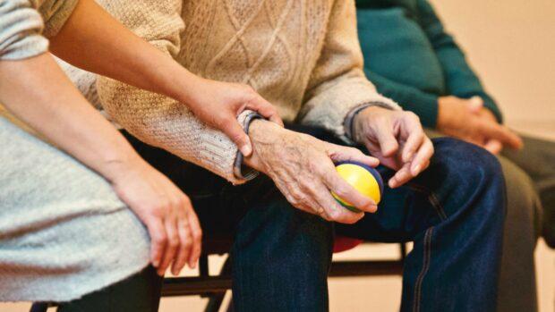 Konopí pomáhá při léčbě bolesti hned několika způsoby.