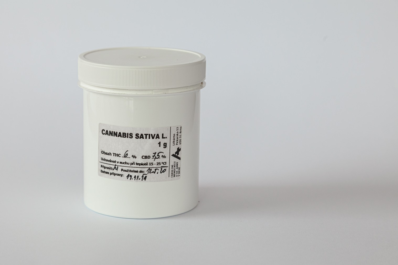 Krabička s léčebným konopím.