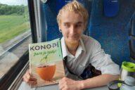 Konopný pacient Ondra se svým oblíbeným časopisem.