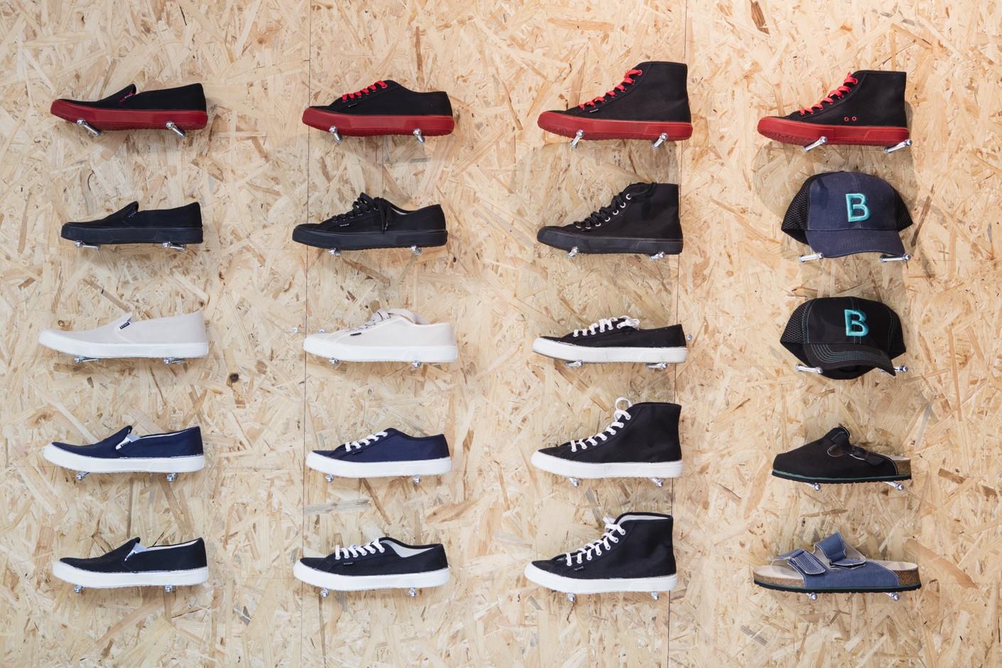 Konopné boty jsou nejznámějším prodejním artiklem Tomášovy společnosti.