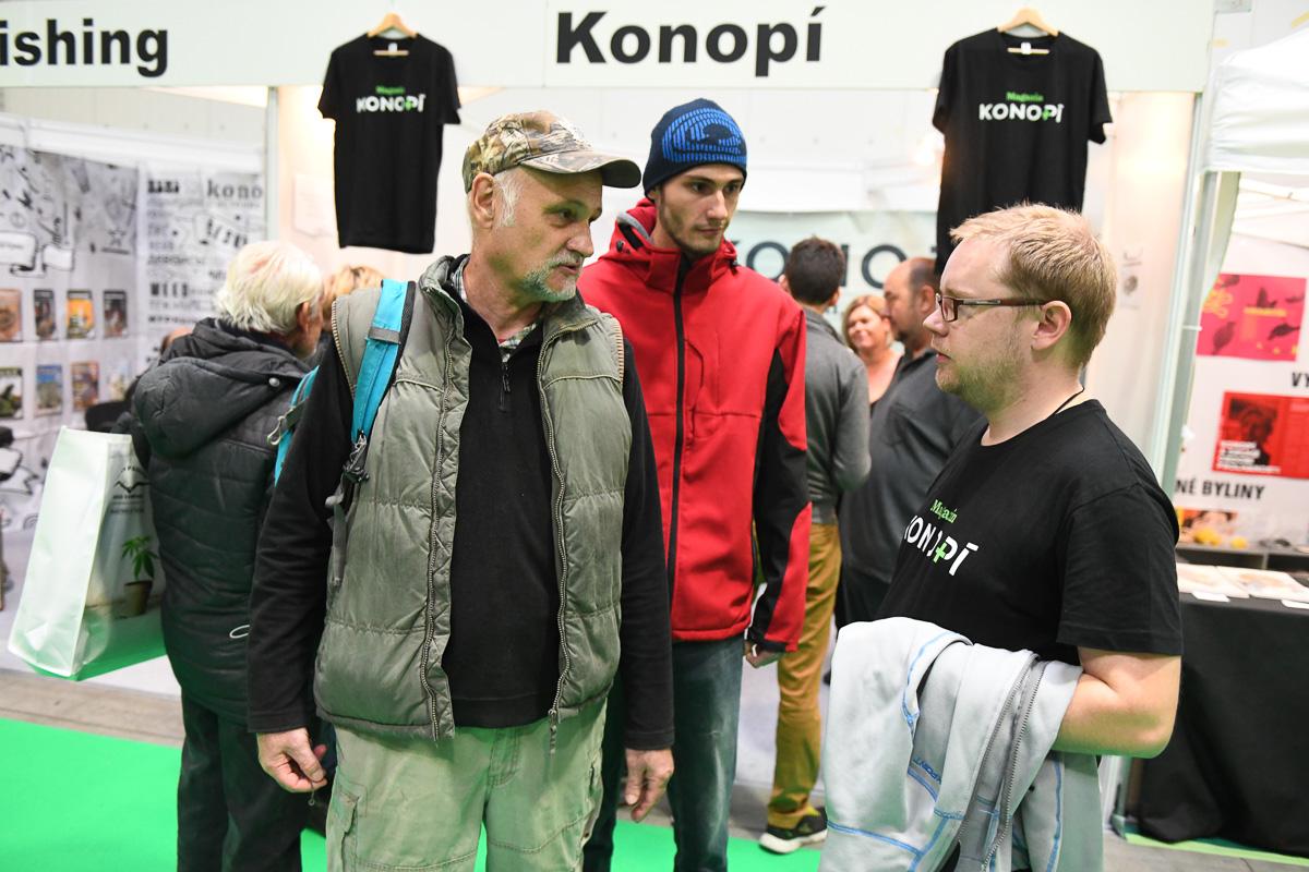 Miroslav Koláčný se svým synem diskutují s šéfredaktorem magazínu Konopí na Cannafestu 2019.