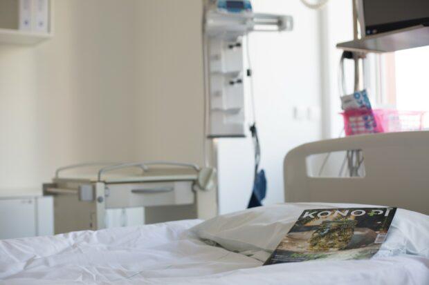 """Konopí také může umírajícím pacientům pomoci snížit užívání silných """"oblbujících"""" medikamentů."""