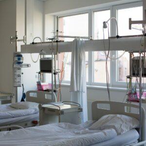 Prázdné postele v nemocnici - ne zrovna častý jev v dnešní době.