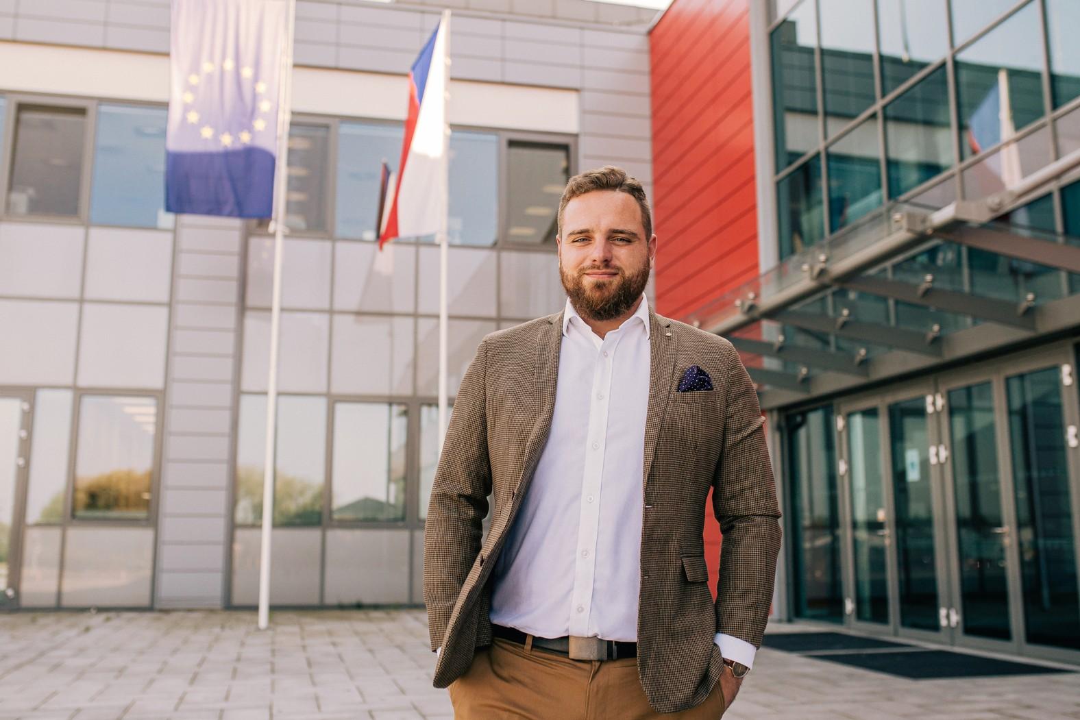 Před výzkumným ústavem BIOCEV. Zdroj: CannaCare.cz