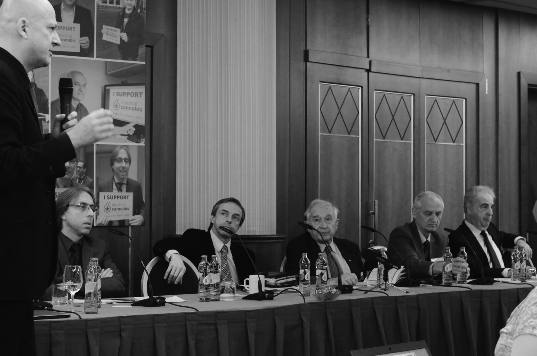 Na přelomové konferenci o léčbě konopím. Mezi posluchači nechybí legendy jako Lumír Hanuš či Raphael Mechoulam. Foto: Tereza Jirásková